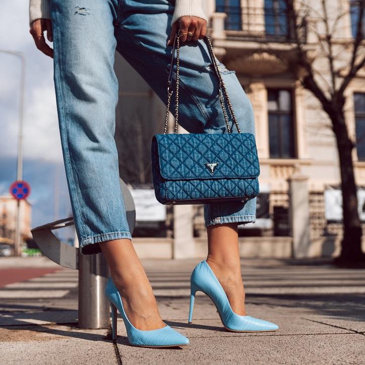 szpilki gino rossi niebieskie na nogach niebieska torebka guess