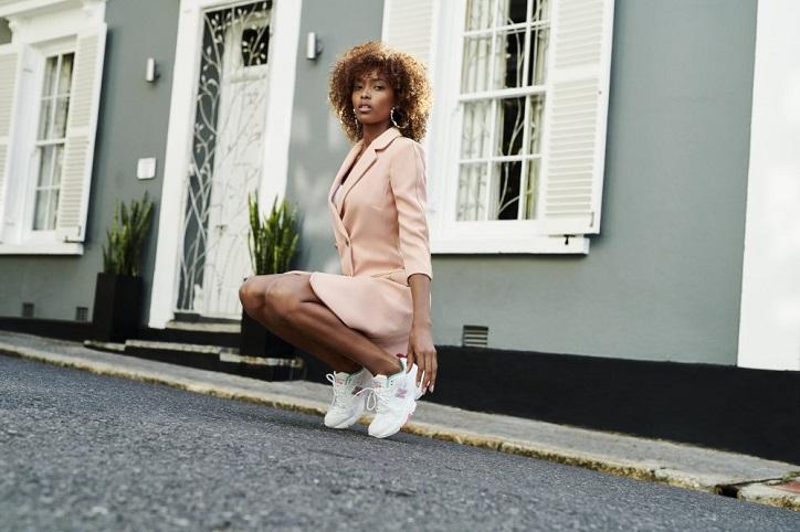 buty new balance damskie białe na nogach na modelce