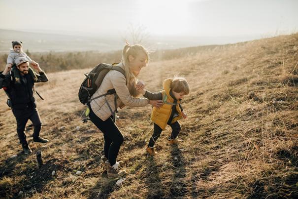 Rodzice z dziećmi w górach