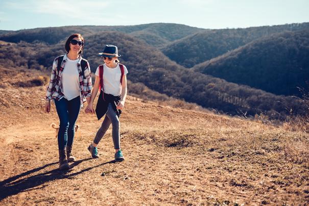 Mama i córka spacerują w niskich górach