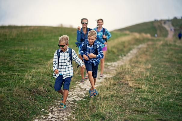 Nastolatki na szlaku w sandałach outdoorowych