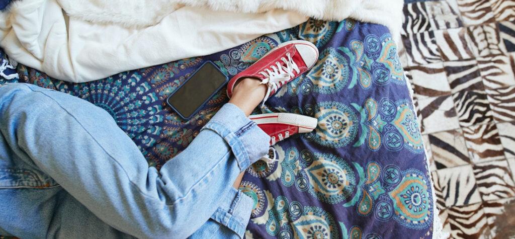 kobieta w butach w domu