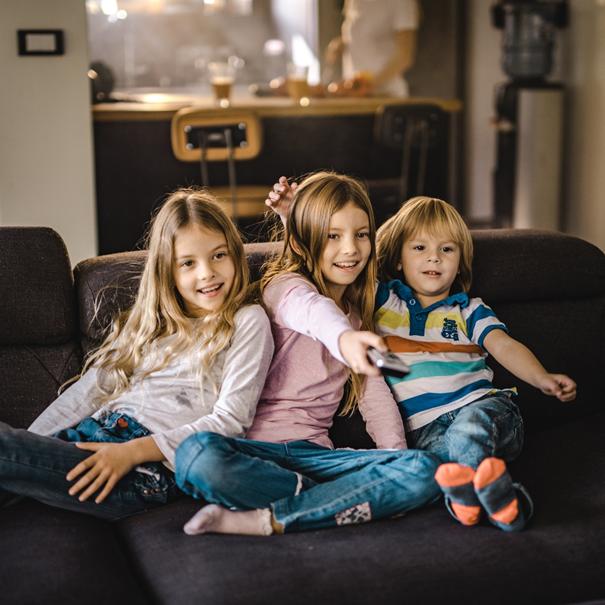 Dzieci oglądające bajkę w telewizji