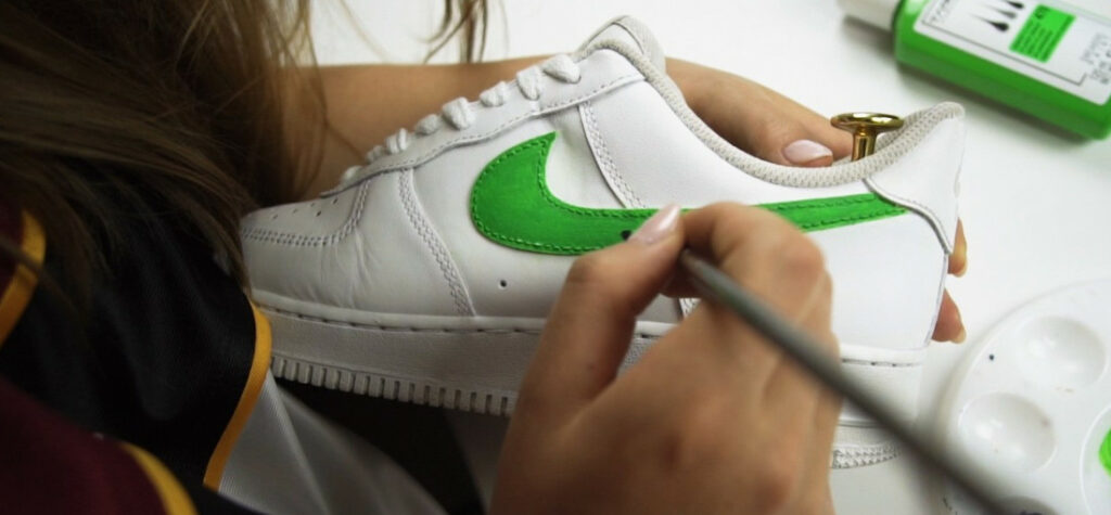 Klaudia Knop malująca na butach