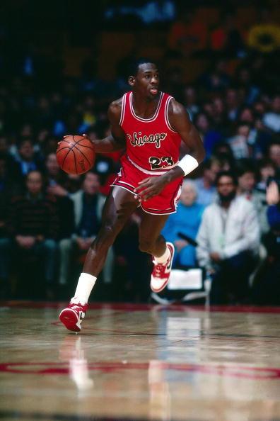 Michael Jordan w 1985 roku w Air Jordan 1 i krótkich spodenkach, które obowiązywały wtedy w NBA.  (Photo by Scott Cunningham/NBAE via Getty Images)