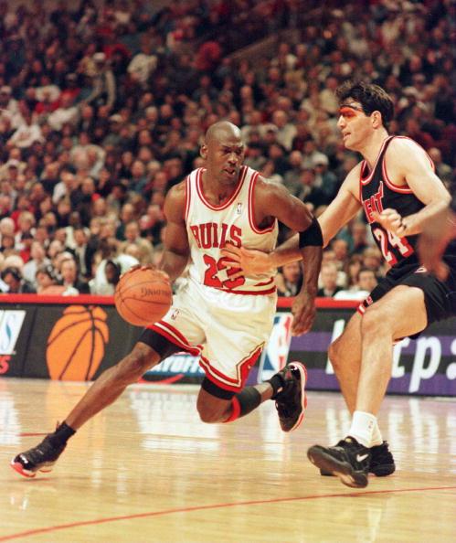 Michael Jordan w 1996 roku, w szerszych i dłuższych spodenkach. (Photo by Jonathan Daniel  Getty Images)