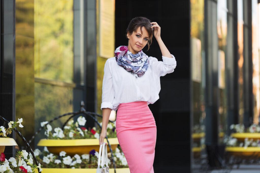 modelka w białej koszuli, różowej spódnicy i kolorowej apaszce