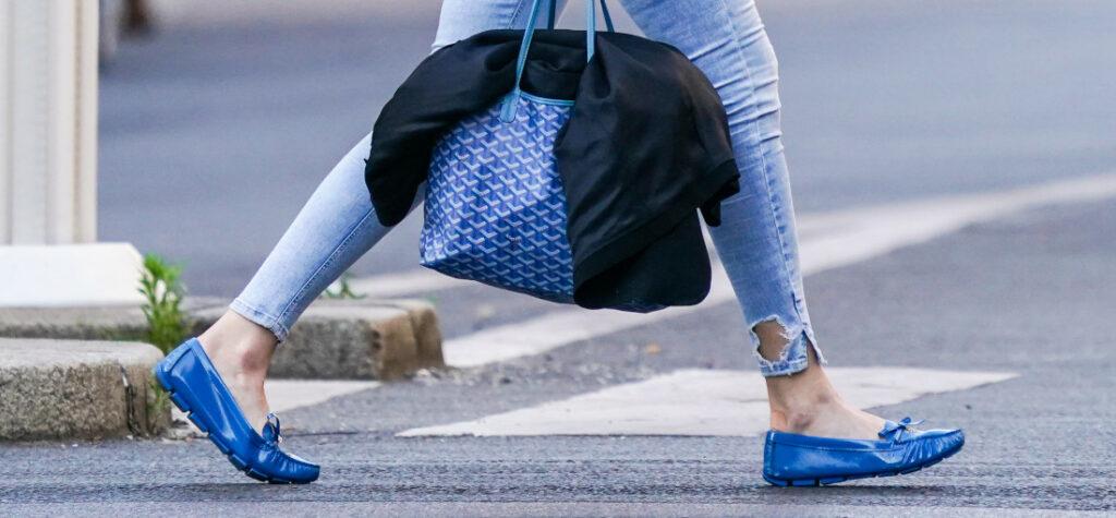 niebieskie mokasyny i torba