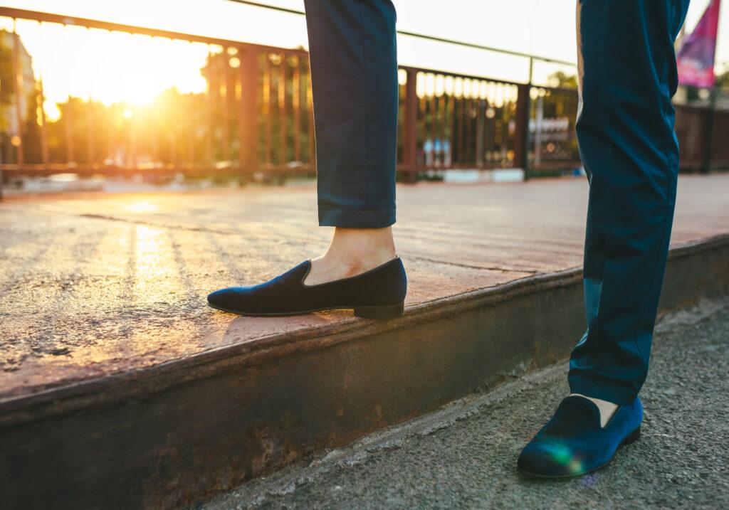 mężczyzna w loafersach