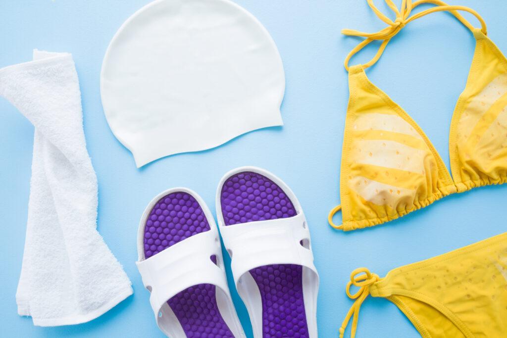 klapki, czepek, ręcznik i strój kąpielowy