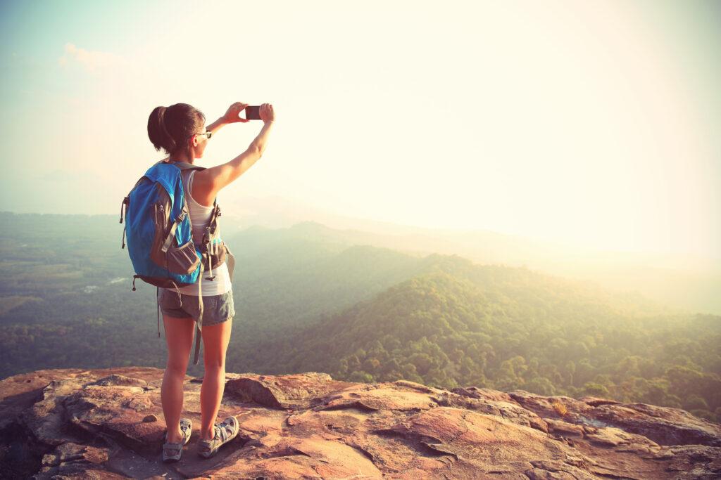 kobieta w sandałach trekkingowych