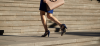 kobieta w sandałach na obcasie