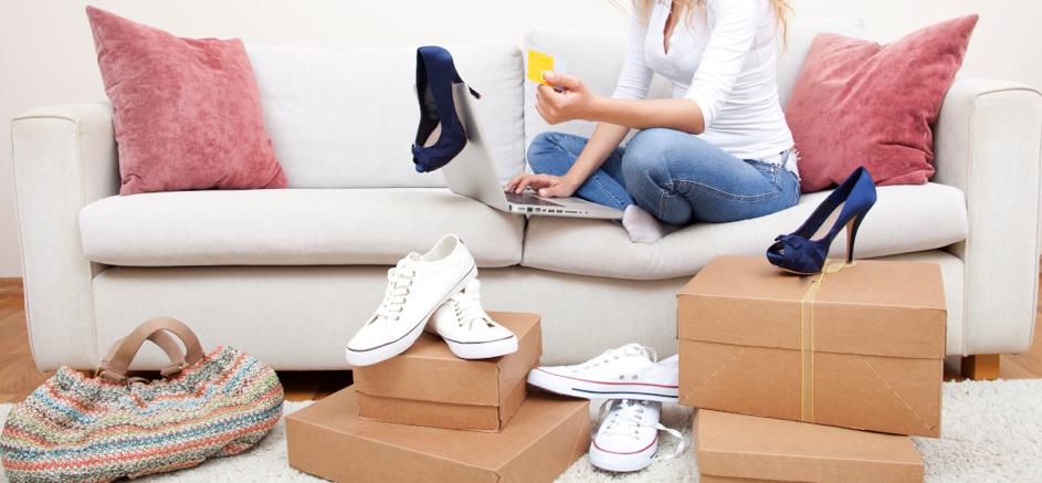 kobieta kupująca buty przez internet