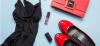 mała czarna sukienka, czerwone szpilki i czerwona torebka