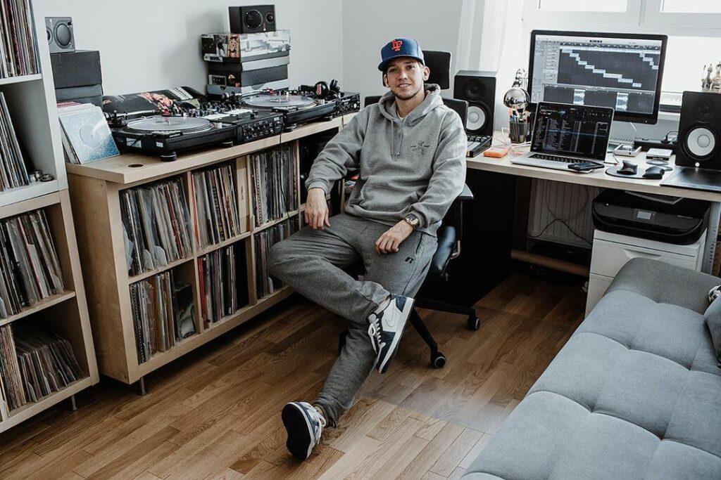 Jak ubiera się DJ? Klasyczna moda hip-hopowa - o niej opowiada DJ Finger, kolekcjoner winyli, czapek i obuwia.