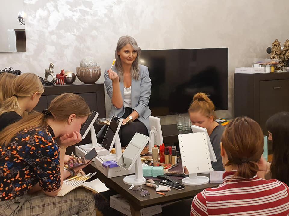 Joanna Grzeszczuk podczas zajęć artererapii z dziewczynkami
