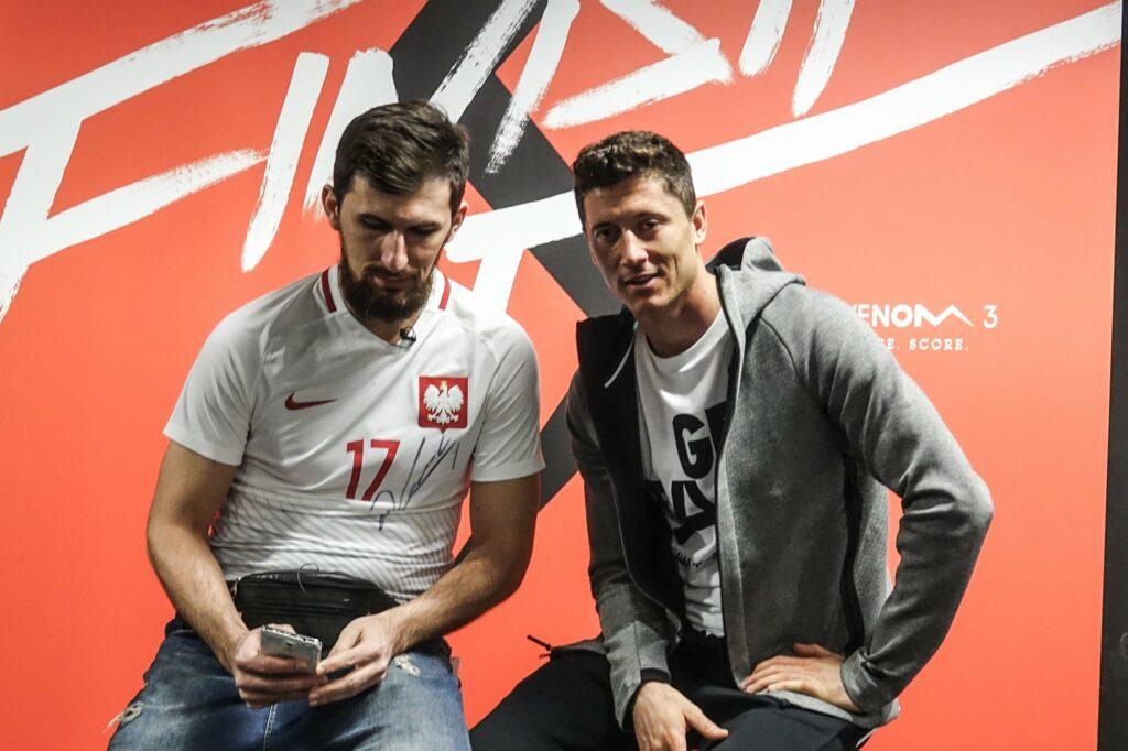 Kolekcjoner butów piłkarskich Maciej Zakrzewski i Robert Lewandowski