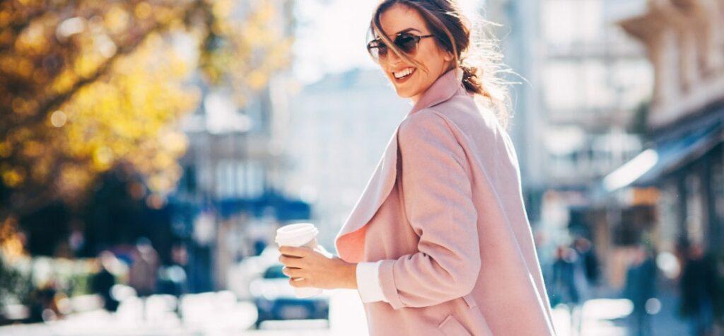 kobieta w pudrowo-różowej marynarce