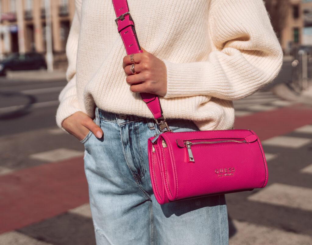 różowa torebka stylizacje