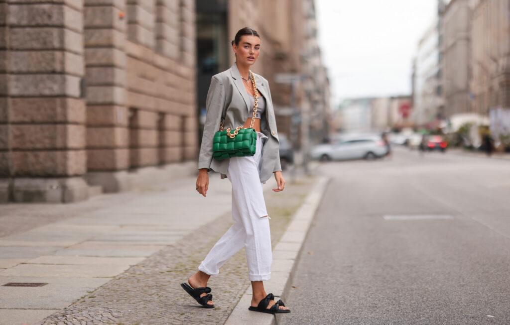 Białe jeansy do jakich butów editorial