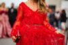 dodatki do czerwonej sukienki editorial